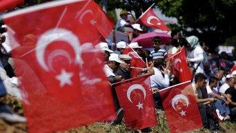 Сторонники президента Турции Тайипа Эрдогана приветствуют его на улицах Стамбула