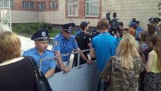 Возле здания суда в Полтаве