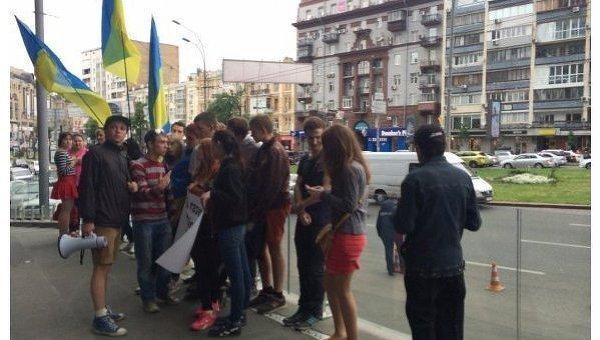 Акция протеста против газеты Вести в Киеве