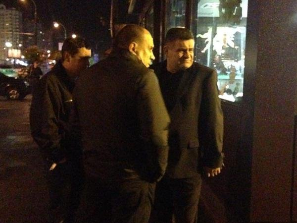 Андрей Терещук на месте взрыва магазина Roshen