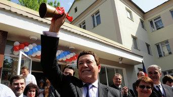 Певец Иосиф Кобзон (в центре) в Донецке во время посещения общеобразовательной школы № 47, где состоялся праздник Последний звонок