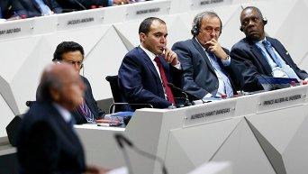 Мишель Платини слушает доклад Йозефа Блаттера на конгрессе ФИФА