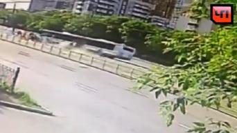Камера наблюдения сняла наезд автобуса на остановку в Москве. Видео