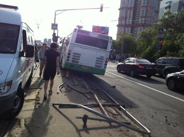 Автобус протаранил трамвайную остановку в Москве