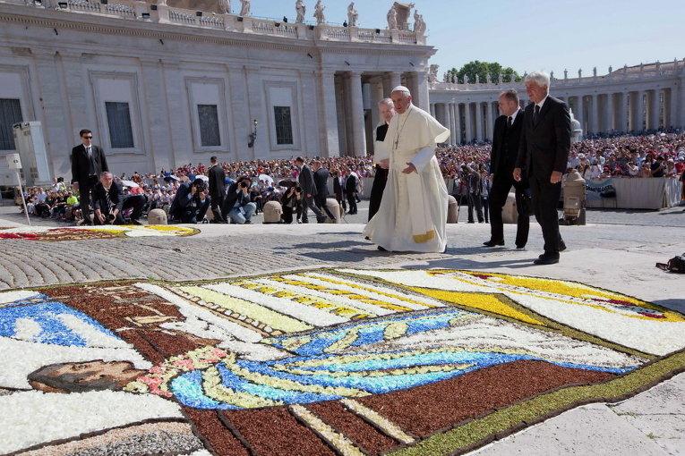 Папа Франциск прибыл на свою еженедельную аудиенцию на площади Святого Петра в Ватикане