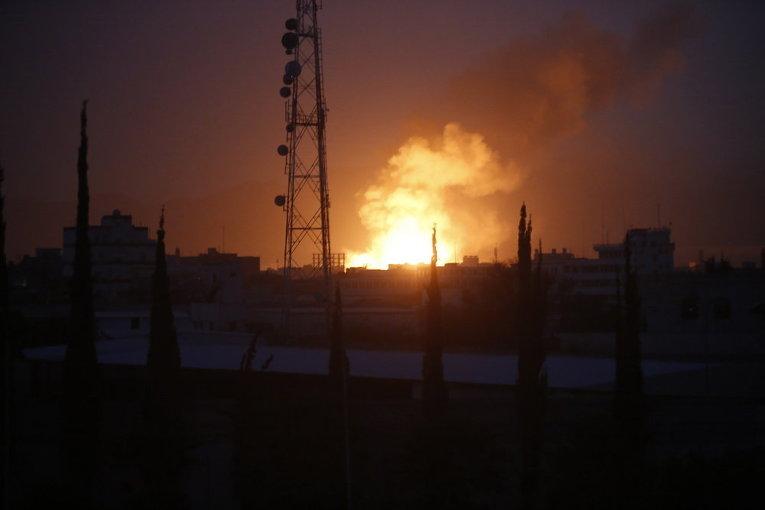 Дым от пожара после авиаудара по одному из крупнейших складов оружия на окраине столицы Йемена Саны
