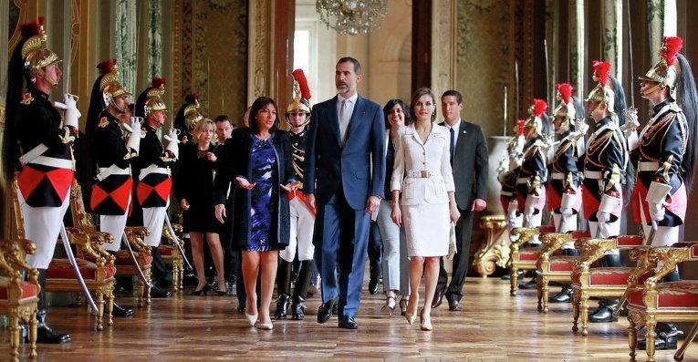 Мэр Парижа Энн Идальго сопровождает испанского короля Фелипе VI и королеву Летицию по прибытии в мэрию в Париже