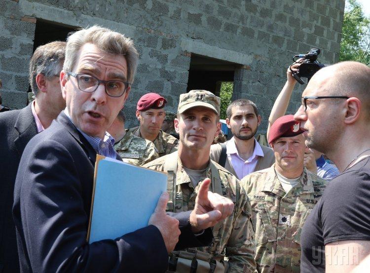Премьер-министр Арсений Яценюк и посол США в Украине Джеффри Пайетт