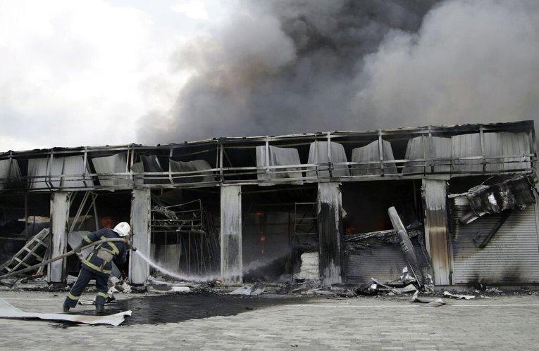 Разрушенный рынок в Донецке в результате обстрела