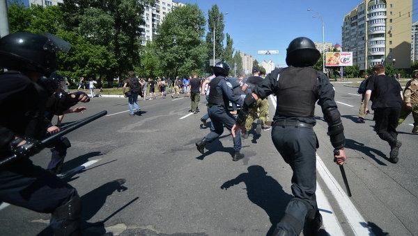 Милиция гонится за неизвестными, напавшими на участников гей-марша в Киеве