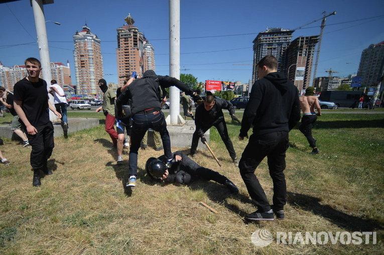 Столкновения милиции и неизвестных на Марше равенства в Киеве