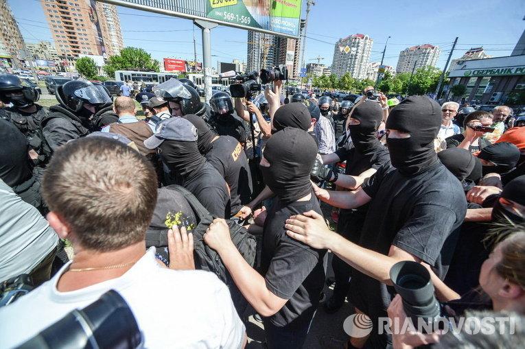 Неизвестные и милиция на Марше Равенства в Киеве