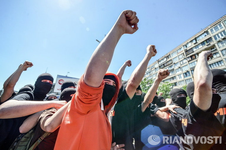 Неизвестные в окружении милиции на Марше Равенства в Киеве