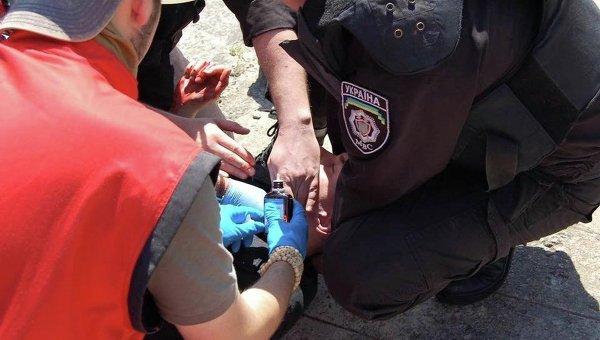 Оказание помощи раненому милиционеру на Марше Равенства