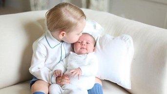 Принц Кембриджский Джордж и новорожденная принцесса Шарлотта
