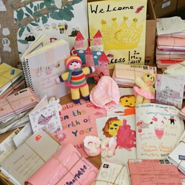Подарки ручной работы, которые прислали поклонники королевской семьи, а также многочисленные письма с поздравлениями