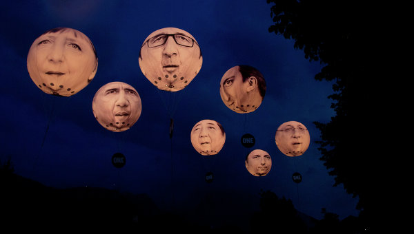 Гигантские надувные шары с портретами участником саммита