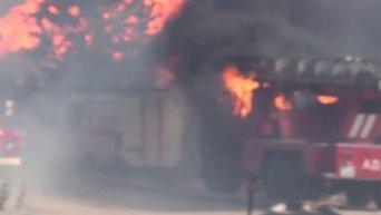 Пожарные машины горят на месте пожара на нефтебазе. Видео
