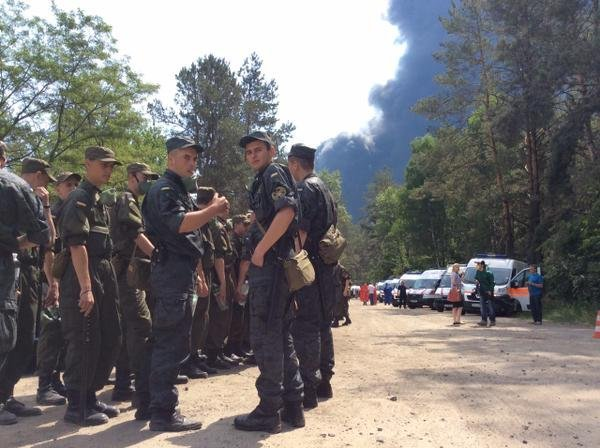 Бойцы Национальной гвардии на месте пожара под Киевом