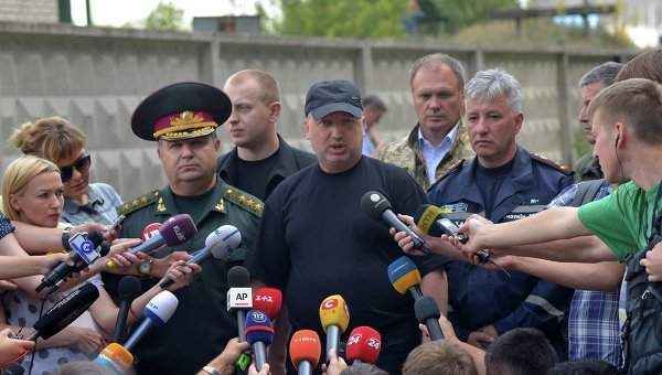 Александр Турчинов возле пылающей нефтебазы под Киевом
