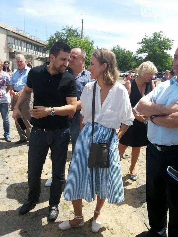 Ксения Собчак сопровождает Саакашвили в селе под Одессой
