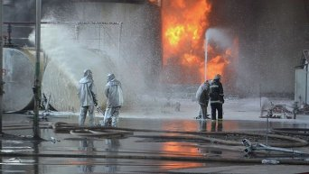 Пенная атака по ликвидации пожара на нефтебазе под Киевом