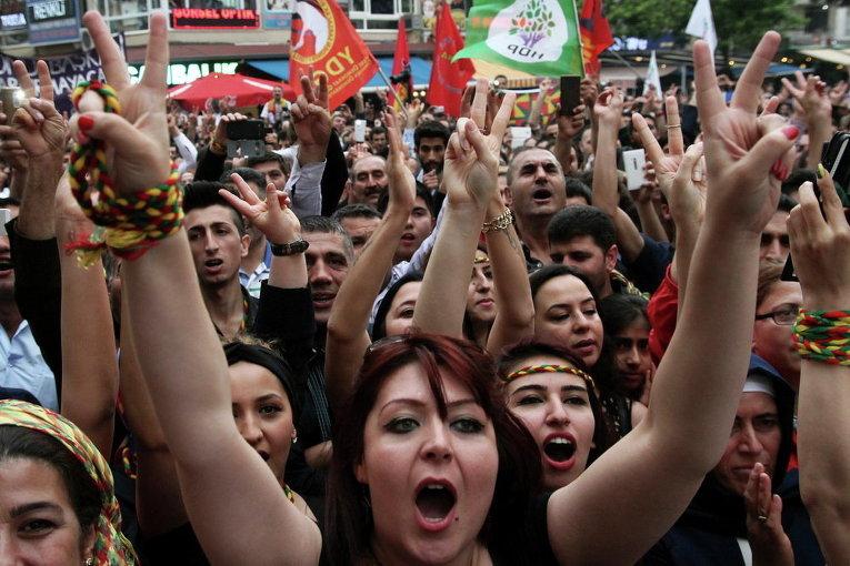 Сторонники курдской Демократической партии празднуют продвижение партии на парламентских выборах в Анкаре