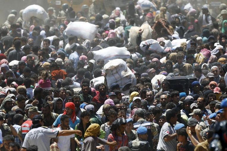 Сирийские беженцы ждут переправки в Турцию в провинции Шанлыурфа
