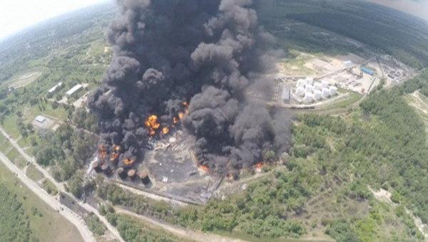Вид сверху на пожар на нефтебазе в Киевской области