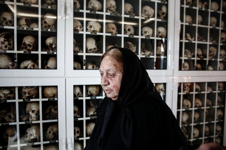 Женщина выходит из мавзолея с останками жертв резни после памятной церемонии в деревне Дистомо, в 160 км к северо-западу от Афин, Греция