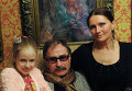 Игорь Костин с супругой Аллой и дочерью Дашей в своей квартире в Киеве