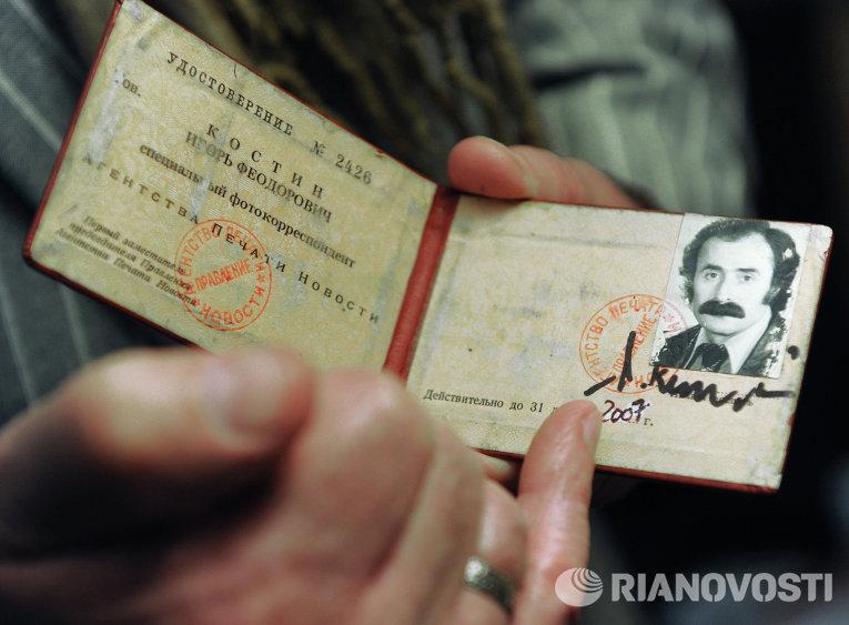 Игорь Костин демонстрирует свое служебное удостоверение