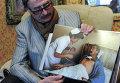 Игорь Костин демонстрирует фотографию, сделанную во время его лечения в Японии от лучевой болезни, полученной во время работы в Чернобыле
