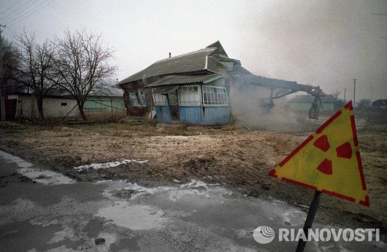 Фотография Игоря Костина. Одна из покинутых деревень в районе Чернобыльской АЭС сносится из-за поражения радиацией