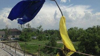 Импровизированный флаг Украины в Марьинке