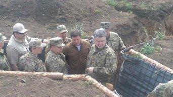 Президент осматривает фортификационные сооружения возле Мариуполя