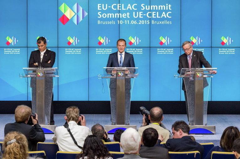 Председатель Евросовета Дональд Туск принимает участие в заключительной пресс-конференции с президентом Эквадора Рафаэлем Корреа и президентом Еврокомиссии Жан-Клодом Юнкером по завершении саммита в Брюсселе
