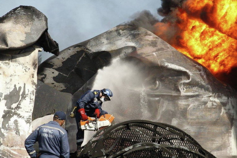 Тушение пожара на нефтебазе под Киевом