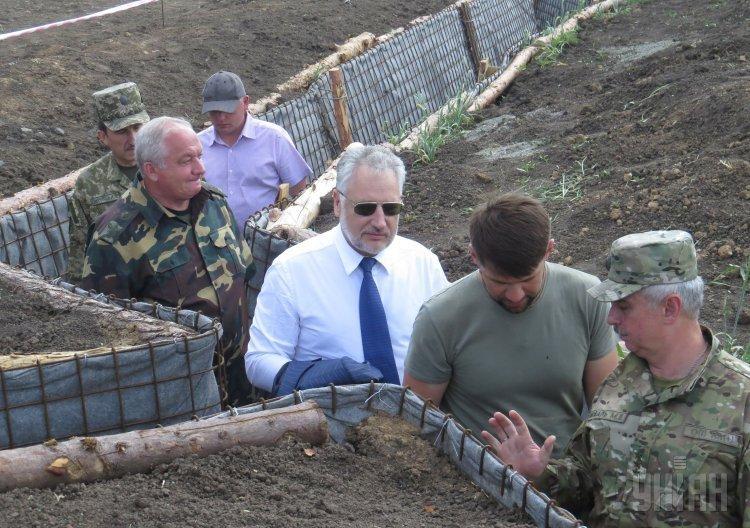 Павел Жебривский вместе с президентом Украины Петром Порошенко осмотрел строительство фортификационных сооружений в Донецкой области