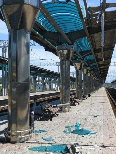 Последствия обстрела железнодорожного вокзала в Донецке