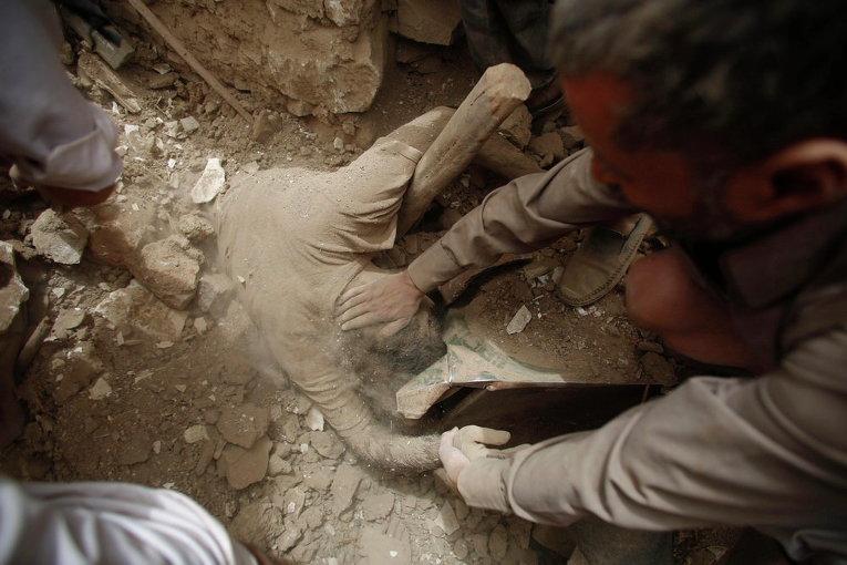 Последствия авиаудара в городе Сана, Йемен