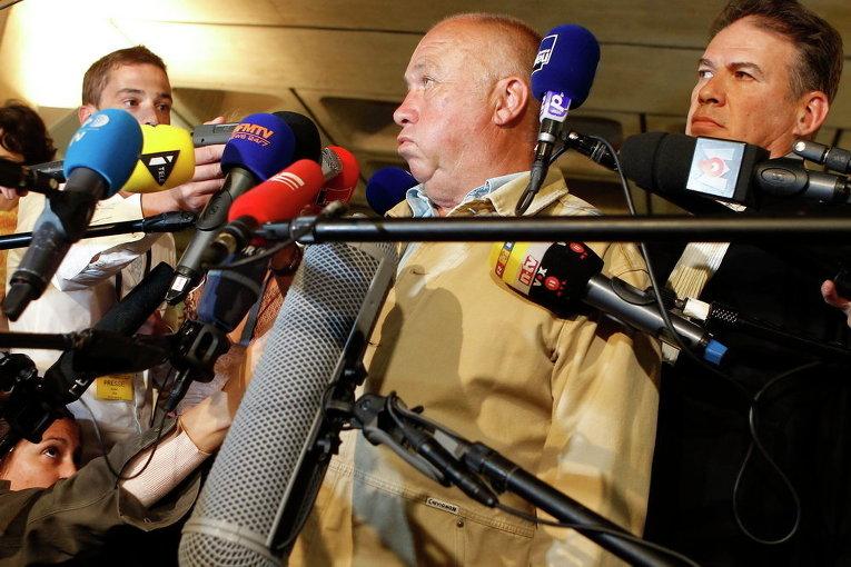 Доминик Алдервейрелд дает комментарии СМИ в здании суда Лилль на севере Франции