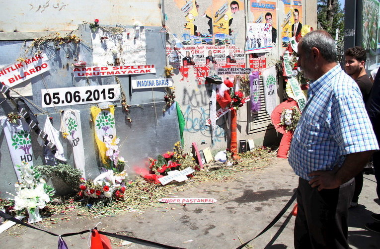 Люди чтят память жертв взрыва на прошлой неделе в Диярбакыр, Турция