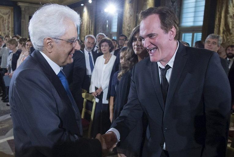 Президент Италии Серджо Маттарелла пожимает руку Квентину Тарантино во дворце Квиринале в Риме