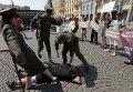 Активисты, одетые как полицейские и спортсмен, устроили акцию протеста, чтобы привлечь внимание к нарушению прав человека в Азербайджане
