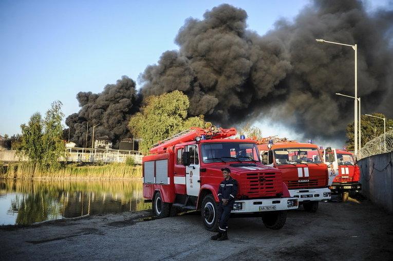 Пожарные машины возле Василькова, где горит нефтебаза