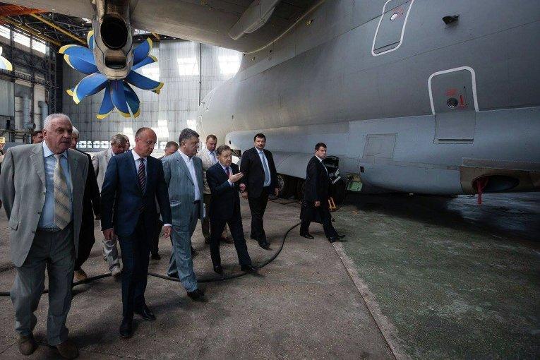 Порошенко осмотрел авиационный завод имени Антонова