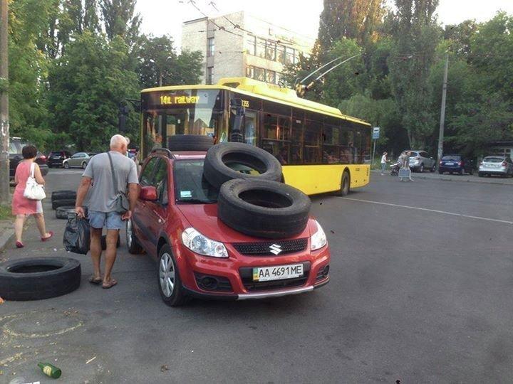 Автомобиль у входа в ботсад в Киеве