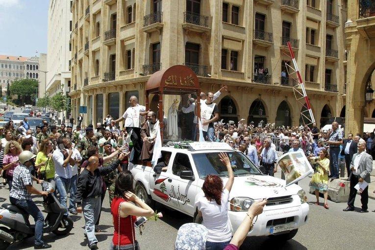Христиане собрались вокруг статуи Девы Марии Фатимской в Бейруте