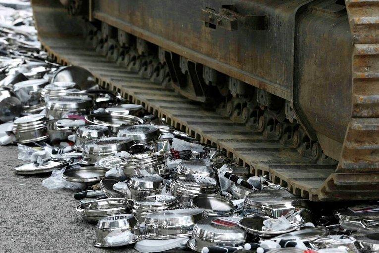 Изъятые контрафактные кастрюли и посуда были уничтожены с помощью бульдозера на таможне в Женеве
